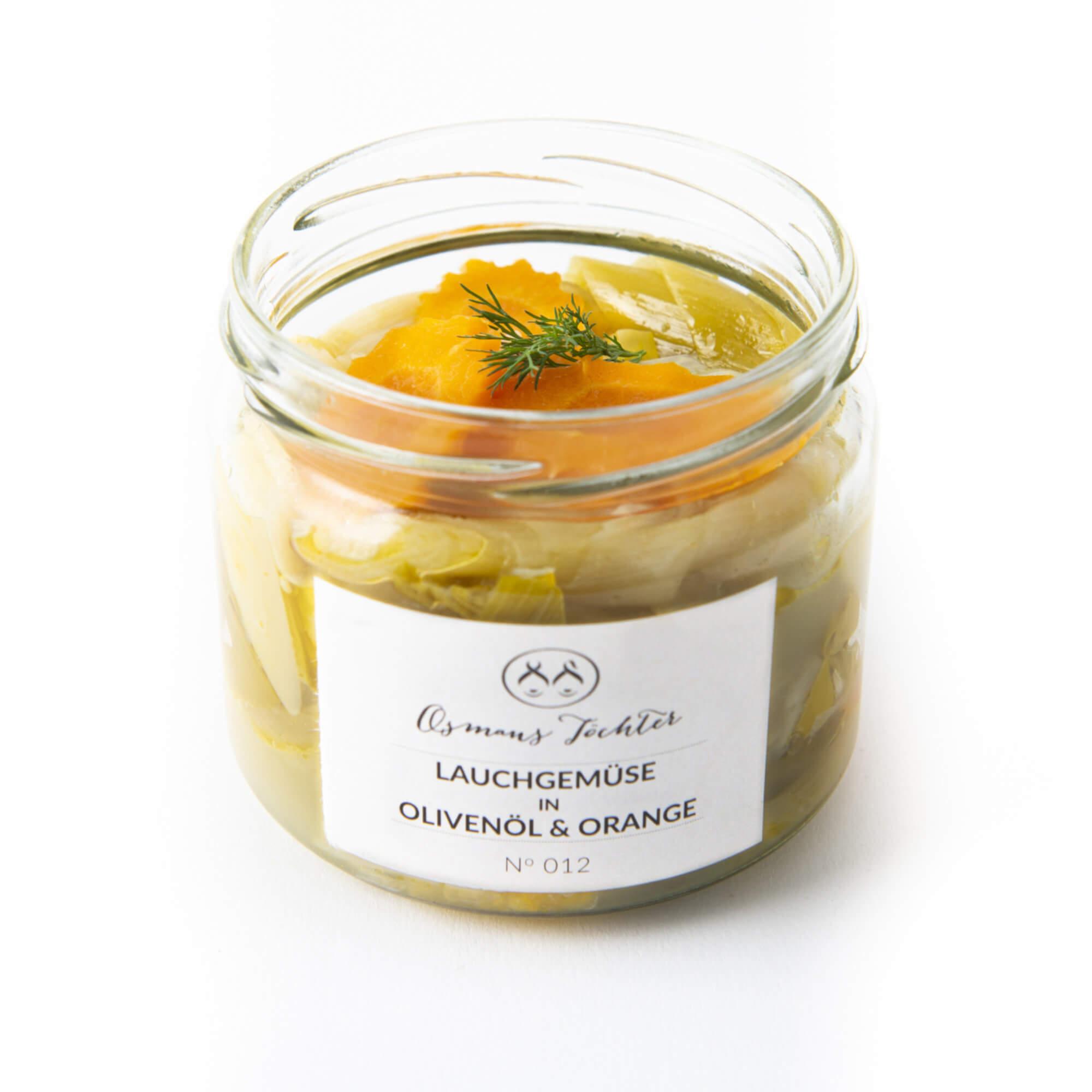 Lauchgemüse in Olivenöl und Orange im Glas geöffnet von vorne