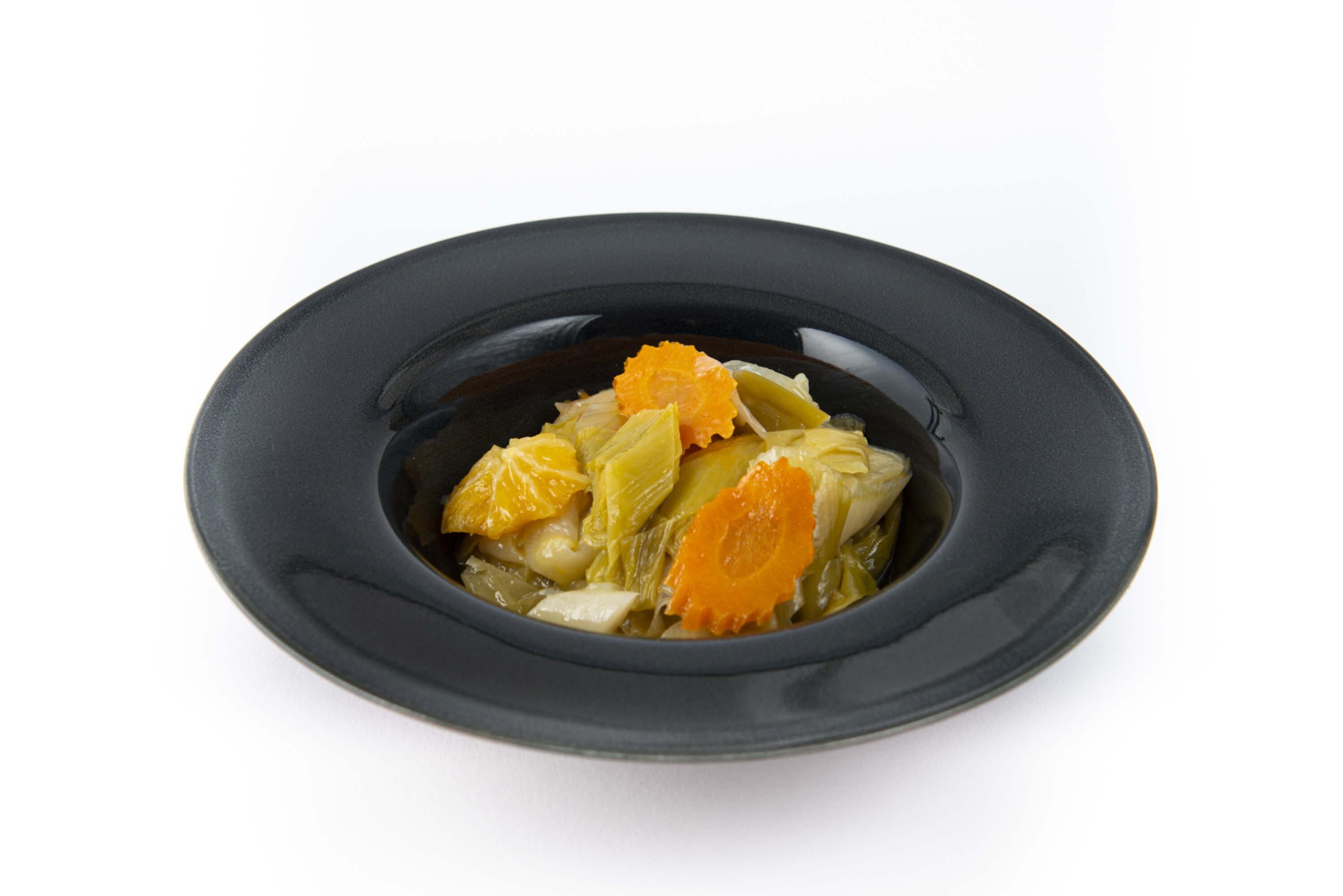 Lauchgemüse in Olivenöl und Orange auf einem Teller