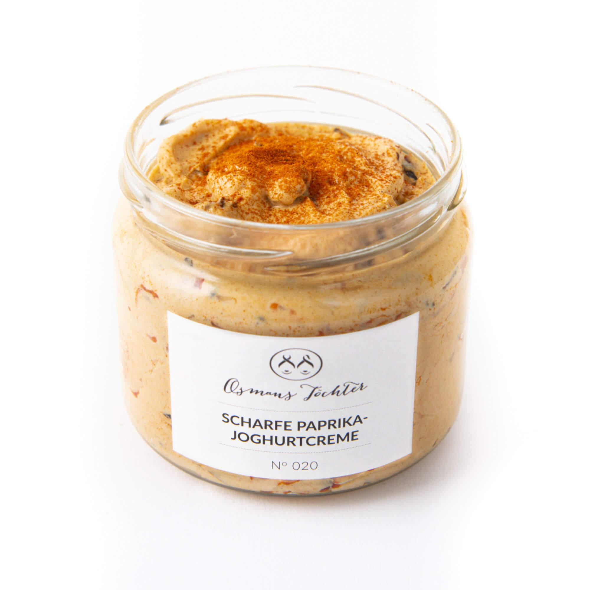 Scharfe Paprika - Joghurtcreme im Glas geöffnet von vorne