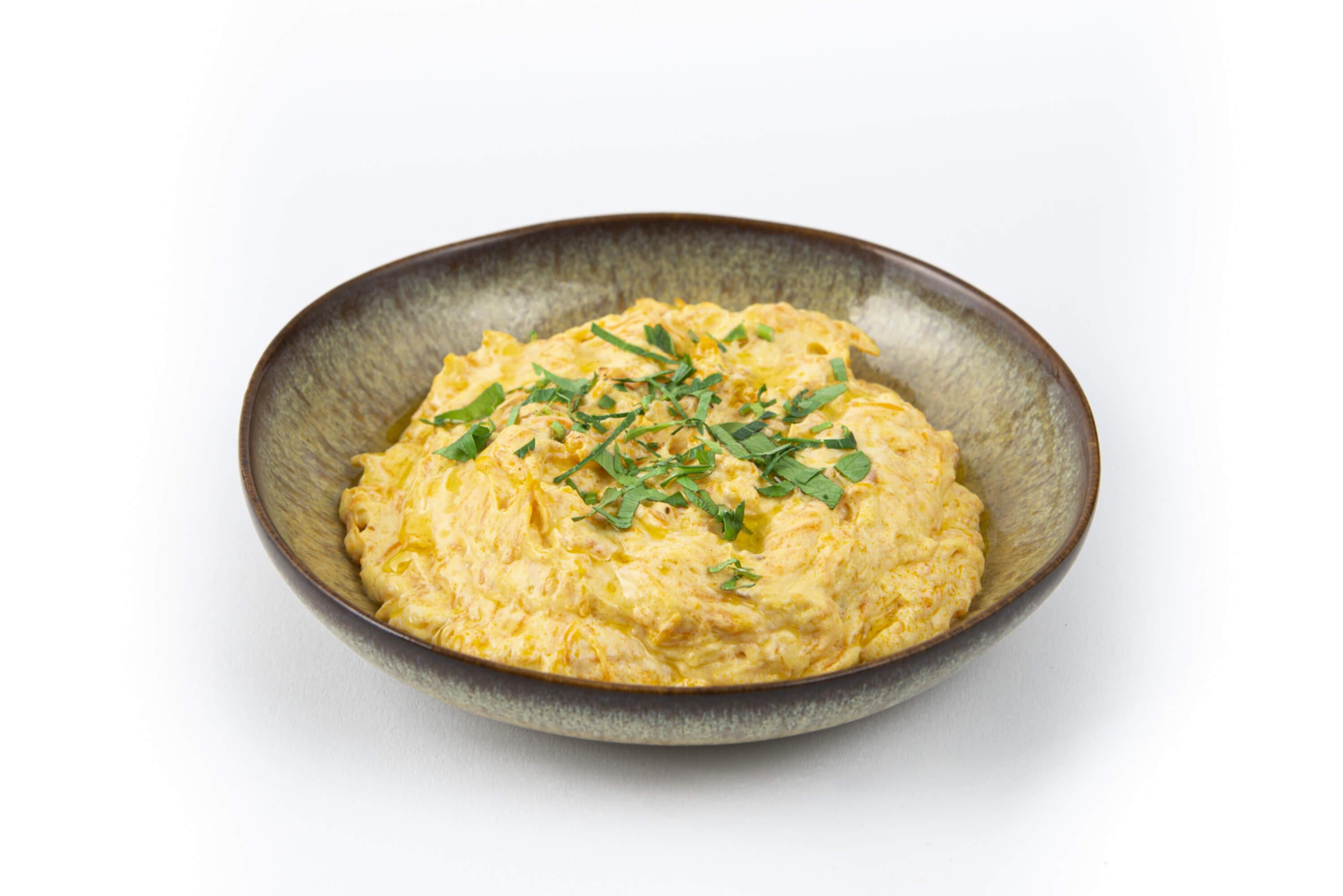 Karotte in Joghurt mit Walnüssen in einer Schale