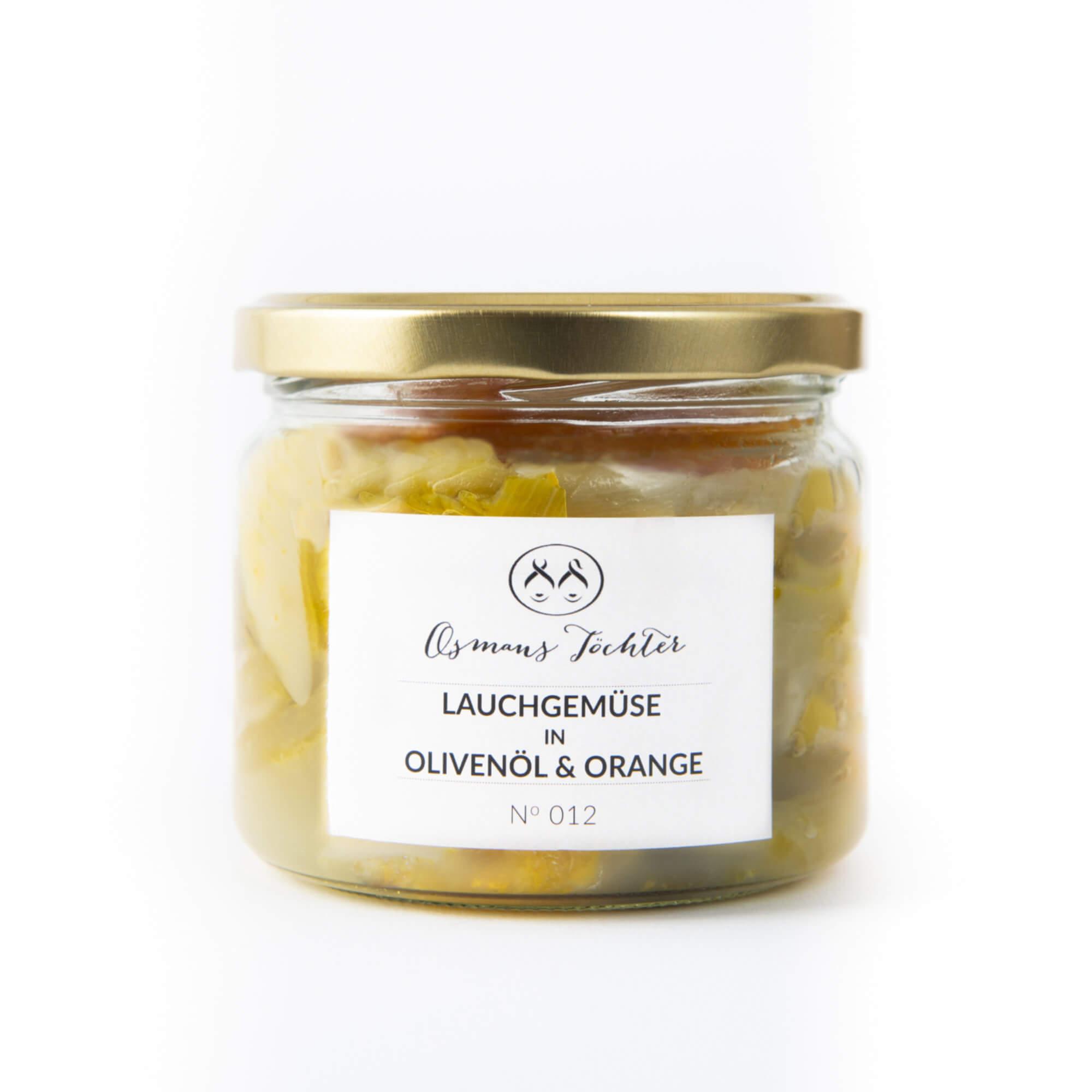 Lauchgemüse in Olivenöl und Orange im Glas geschlossen von vorne