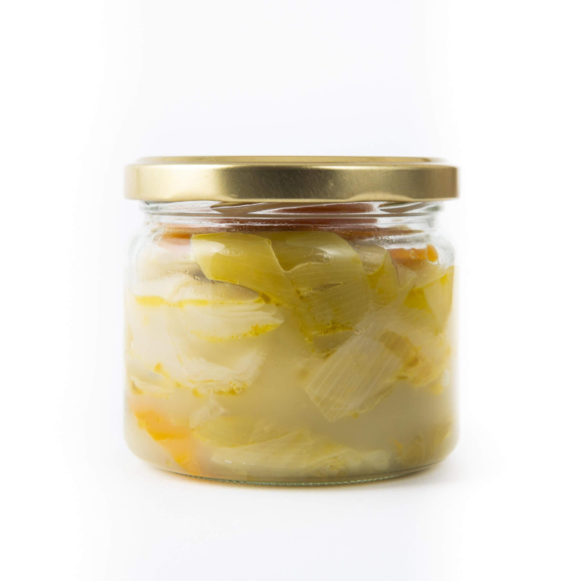 Lauchgemüse in Olivenöl und Orange im Glas geschlossen von hinten