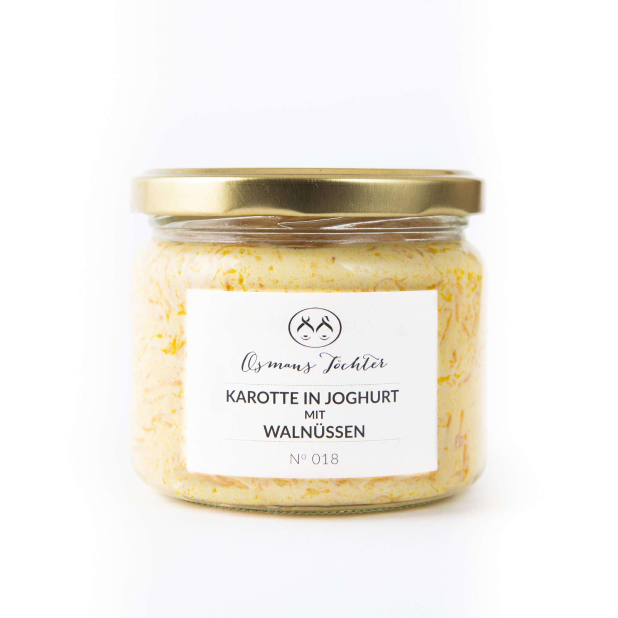 Karotte in Joghurt mit Walnüssen im Glas geschlossen von vorne