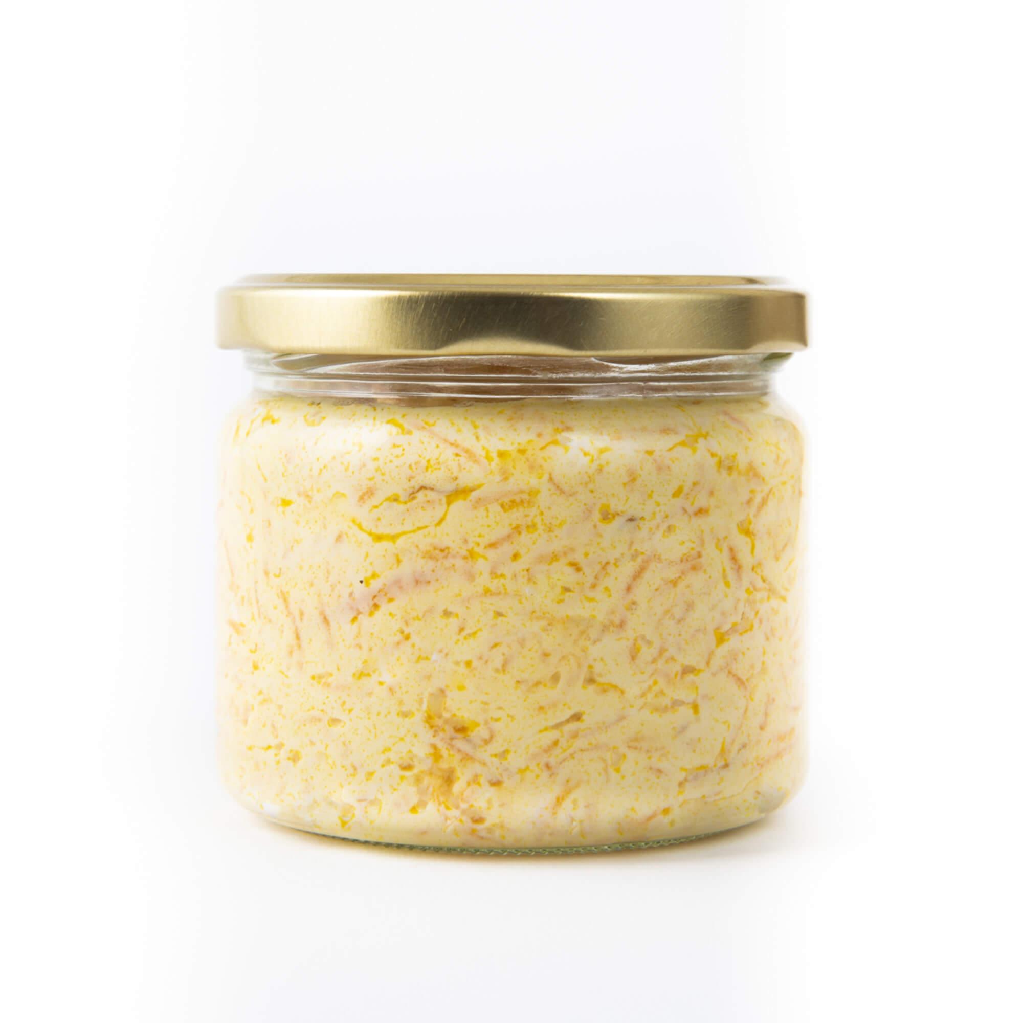 Karotte in Joghurt mit Walnüssen im Glas geschlossen von hinten