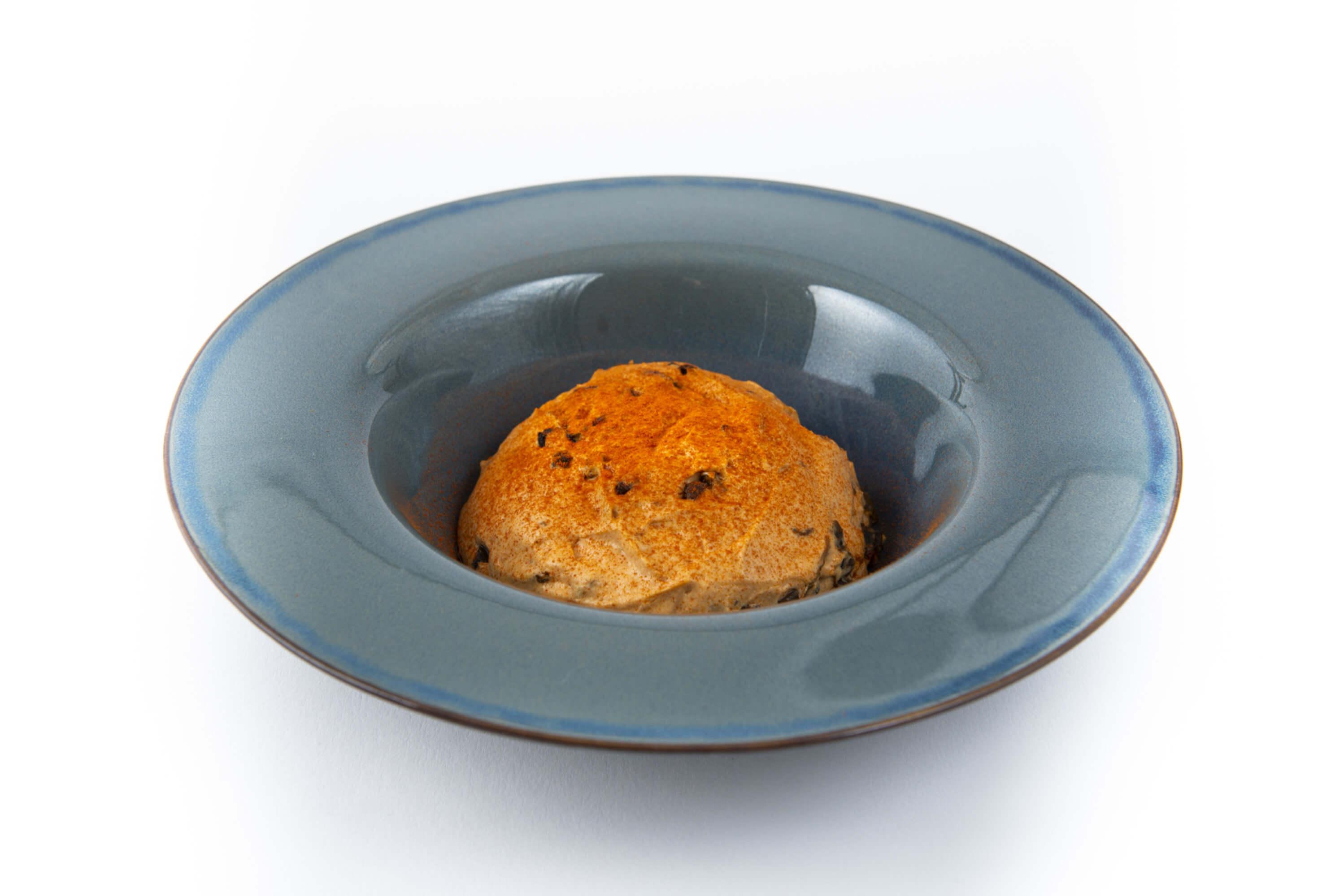 Scharfe Paprika - Joghurtcreme auf einem Teller