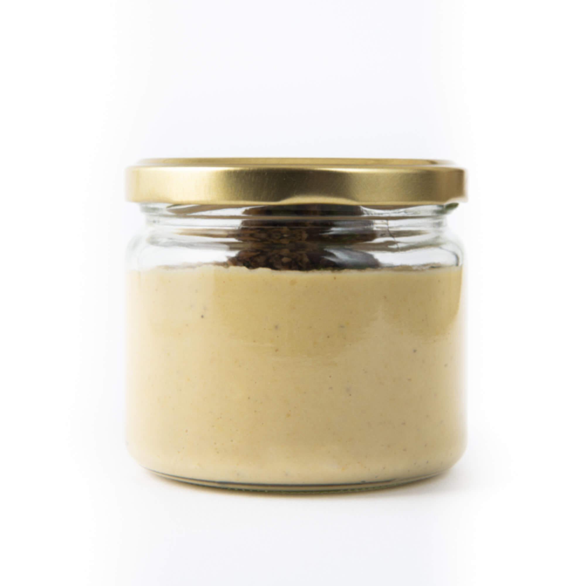 Humus mit Oliventapenade im Glas geschlossen von hinten